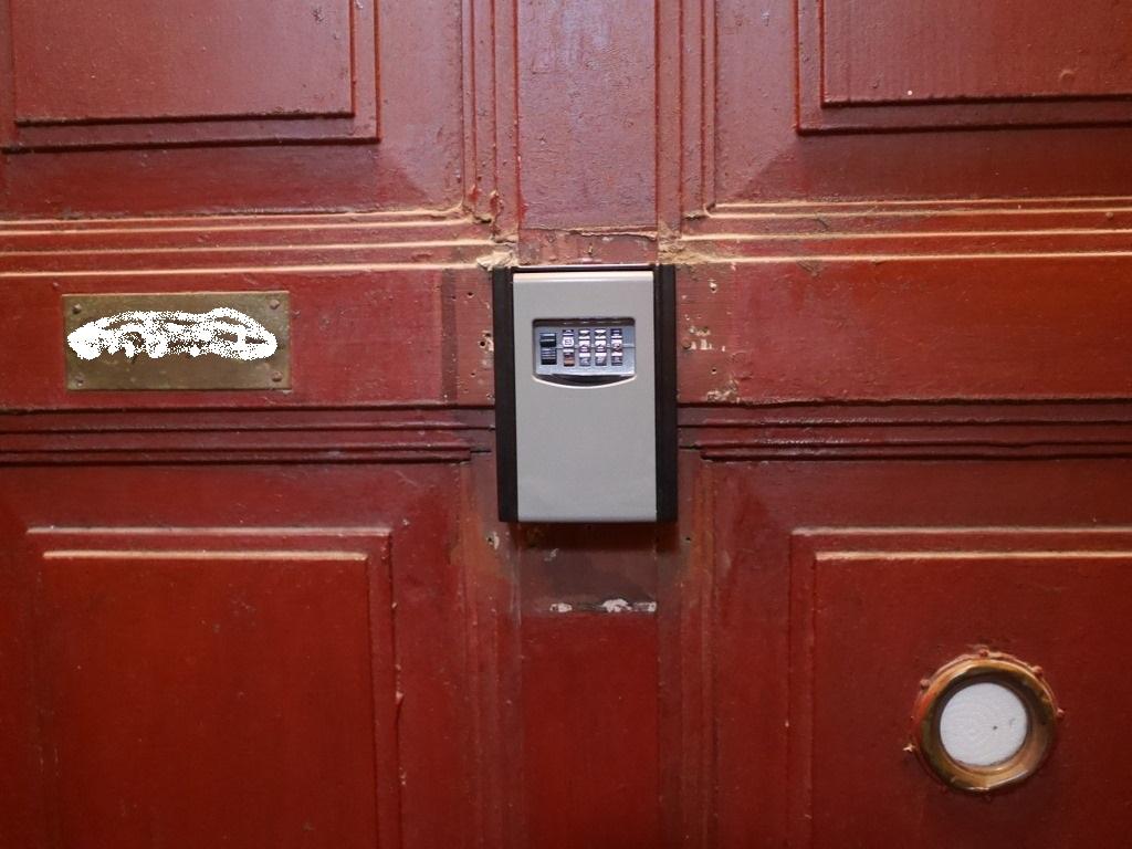 海外アパートの鍵の開け方 アパートの扉表につけてあるキーボックス @クラクフ