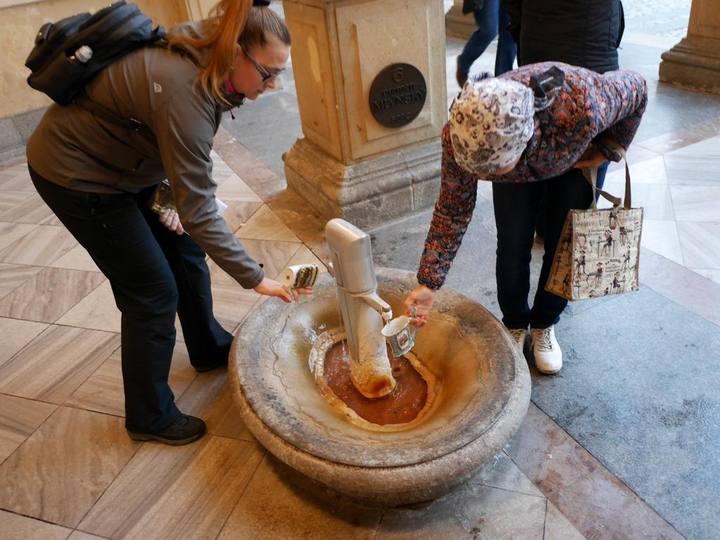 ズデーテン地方 チェコ マリアーンスケー ラーズニェ ロケト カルロヴィ ヴァリ テプリツェ ゲーテ ベートーヴェン 不滅の恋人   吸い口のついた専用の陶器カップ を使う観光客