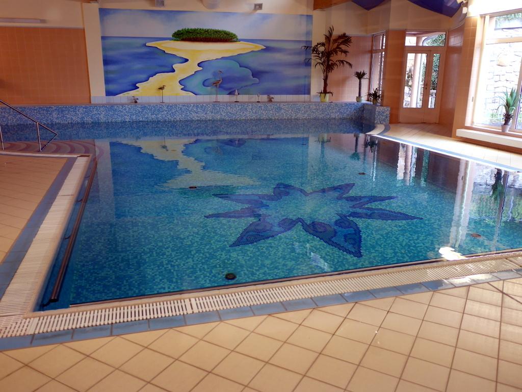 ズデーテン地方 チェコ  カルロヴィ ヴァリ ホテルのプール @ Interhotel Central