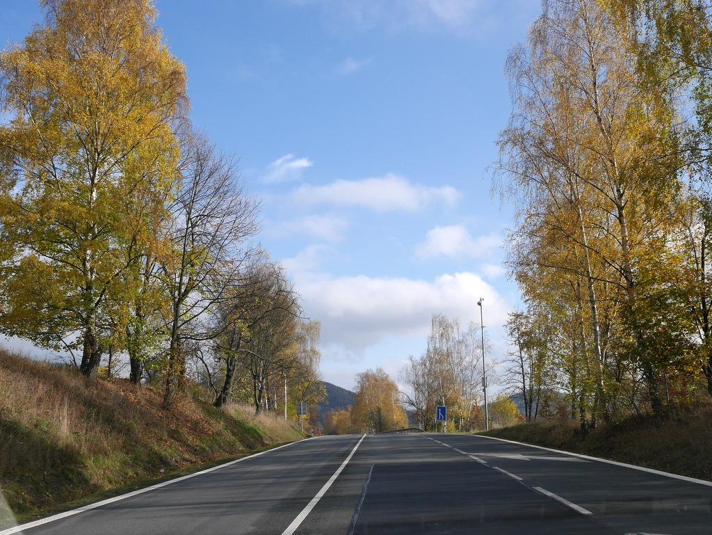 ズデーテン地方 チェコ  テプリツェ ゲーテ ベートーヴェン 不滅の恋人  テプリツェへ向かう紅葉が綺麗な道