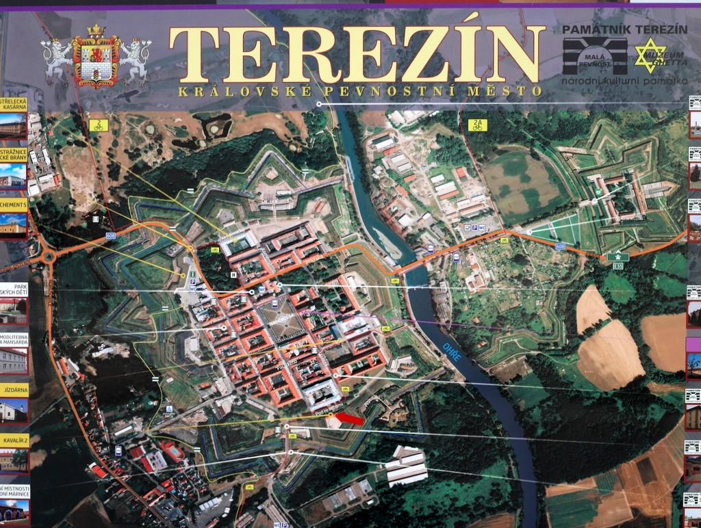 プラハ近郊 テレジーン テレジン テレージエンシュタットカレル アンチェル 大要塞 マクデブルク兵舎 遺骨安置所 火葬場 星型の城塞都市であることがわかるテレジーンの全景の看板 @Terezín
