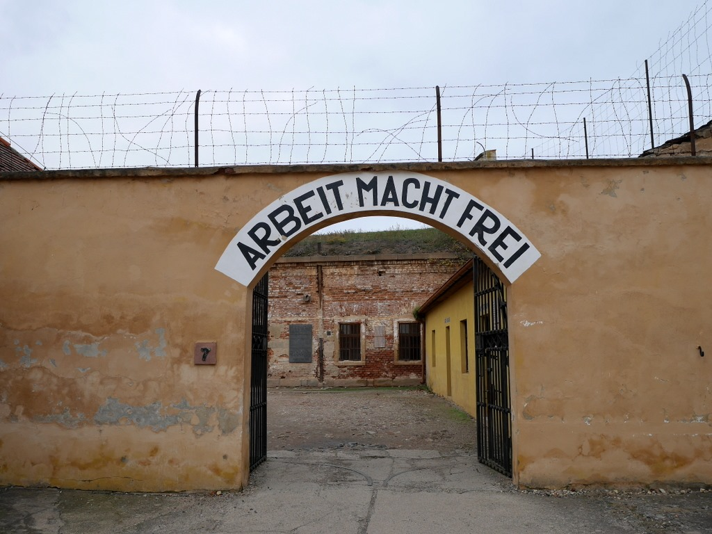 プラハ近郊 テレジーン テレジン テレージエンシュタット 小要塞  収容施設入口とまやかしの標語 @Malá pevnost Terezín