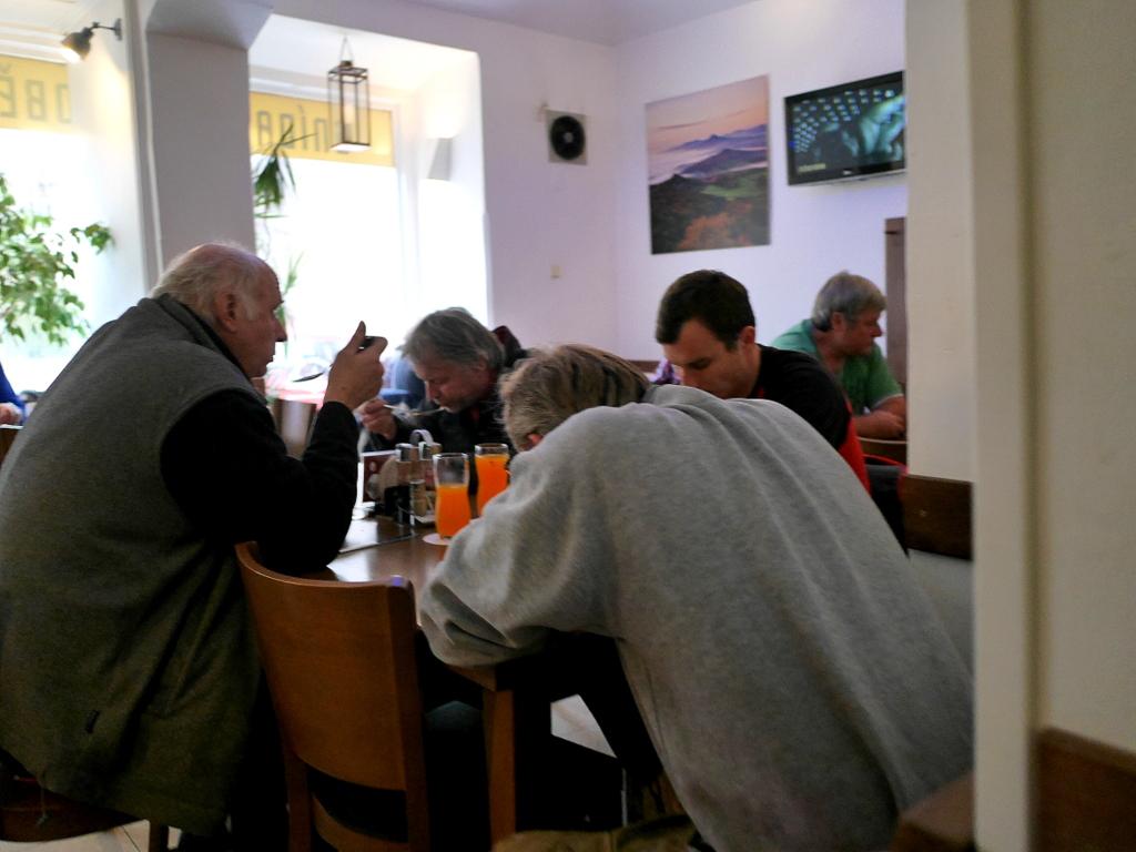 プラハ近郊 テレジーン テレジン テレージエンシュタット テレジーン 食事 レストラン  スープを飲む姿は皆さん猫背@Restaurant Atypik