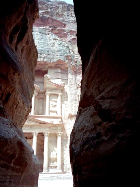 ナバテア人 ヨルダン ペトラ遺跡  謎の文明を解き明かす ナバテア文明 断崖絶壁の細いくねる道を歩いた先に見えるエル・ハズネ(岩窟墓) @ Petra