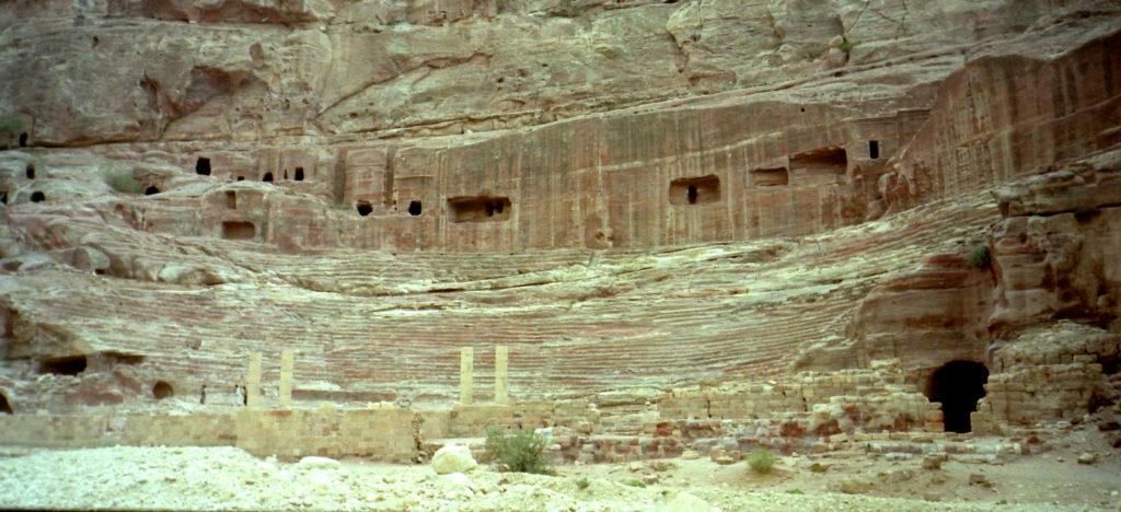 ナバテア人 ヨルダン ペトラ遺跡  謎の文明を解き明かす ナバテア文明 ペトラには円形劇場などローマの影響下の遺跡も多く残る