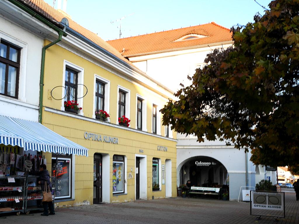 プラハ近郊 チェコ リトムニェジツェ リトミエルジツェ 真ん中の扉がアパート入り口、奥はオーナーのアパレルショップ @U svaté Ludmily