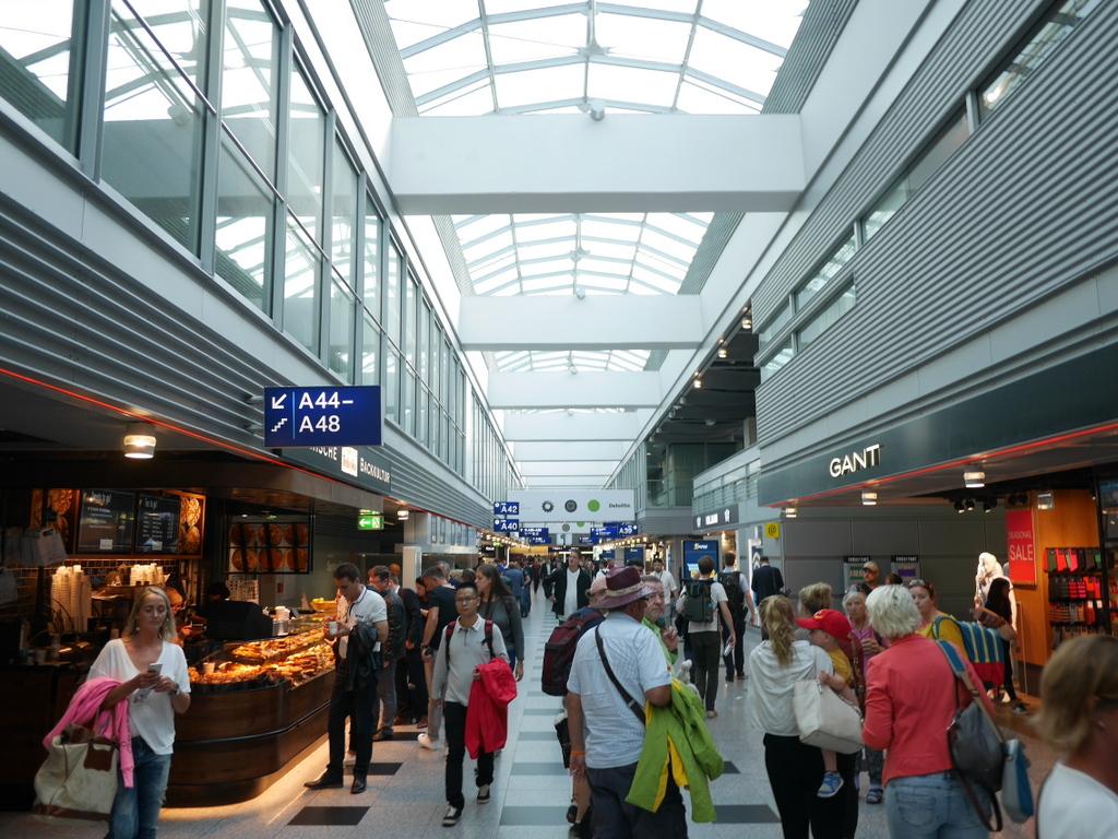 デュッセルドルフ 乗り継ぎとドイツの税関は怖くない 賑わう空港内の店舗 @Düsseldorf Airport