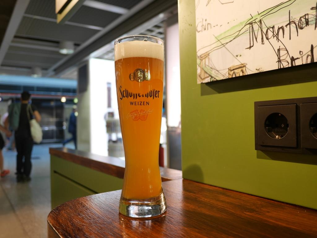 デュッセルドルフ 乗り継ぎとドイツの税関は怖くない 早速ビールを schöfferhofer weizen @Düsseldorf Airport
