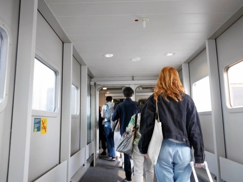 デュッセルドルフ 乗り継ぎとドイツの税関は怖くない 飛行機から降り ボーディング・ブリッジ を渡る@Düsseldorf Airport