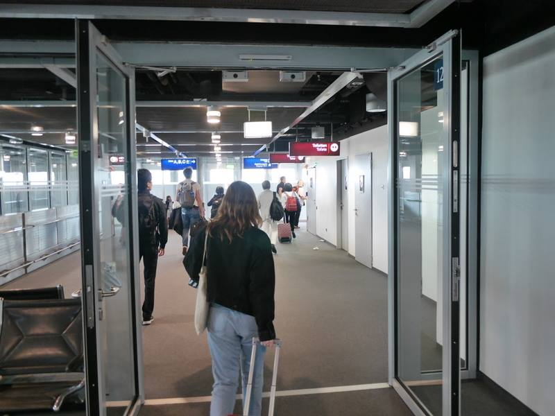 デュッセルドルフ 乗り継ぎとドイツの税関は怖くない ガラスドアを超える@Düsseldorf Airport