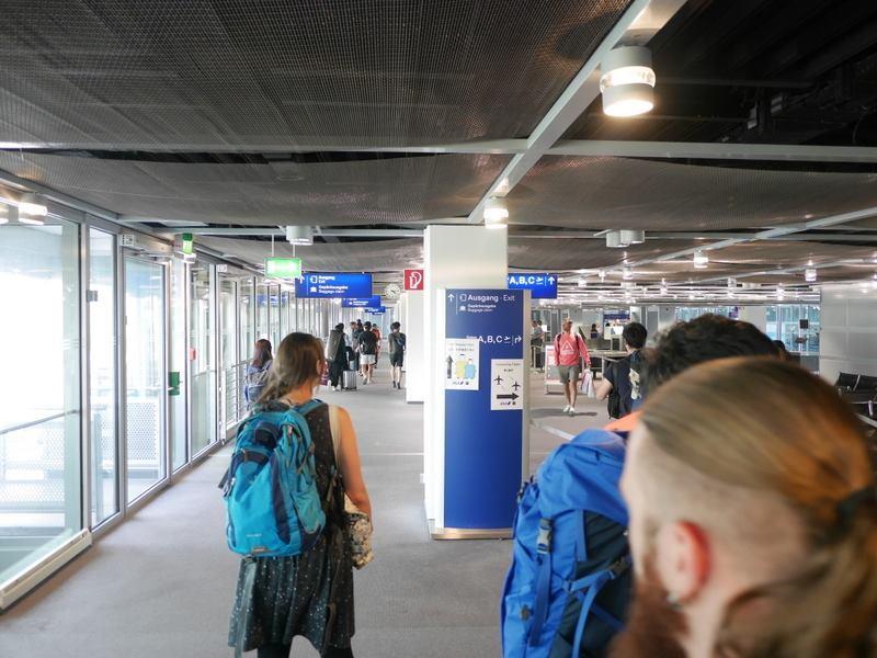 デュッセルドルフ 乗り継ぎとドイツの税関は怖くない 荷物検査のブースが見えてくる@Düsseldorf Airport