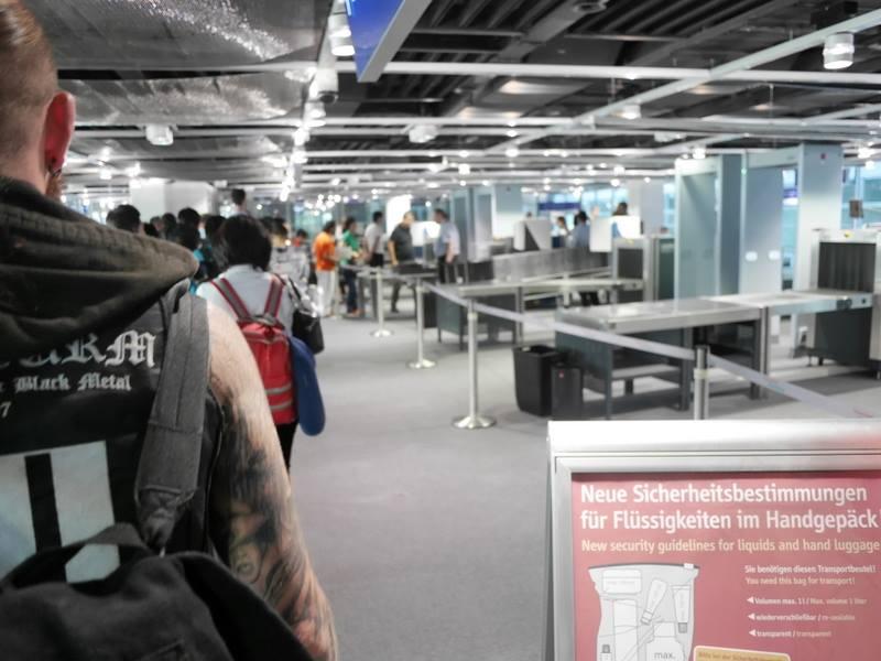 デュッセルドルフ 乗り継ぎとドイツの税関は怖くない 荷物検査は2列しか開いておらず相応に待つ@Düsseldorf Airport