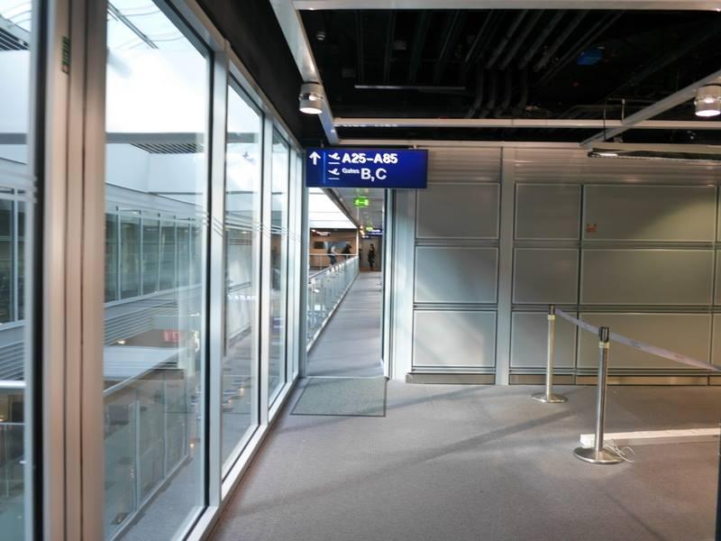 デュッセルドルフ 乗り継ぎとドイツの税関は怖くない 検査後は細い扉を抜ける@Düsseldorf Airport
