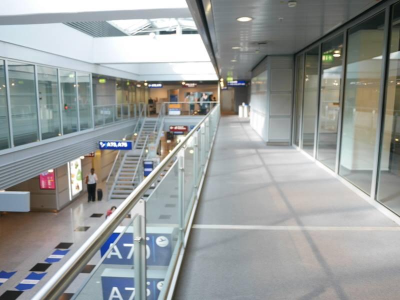 デュッセルドルフ 乗り継ぎとドイツの税関は怖くない 前方に見える階段に向かう@Düsseldorf Airport
