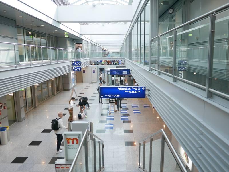 デュッセルドルフ 乗り継ぎとドイツの税関は怖くない 階段を降りる@Düsseldorf Airport