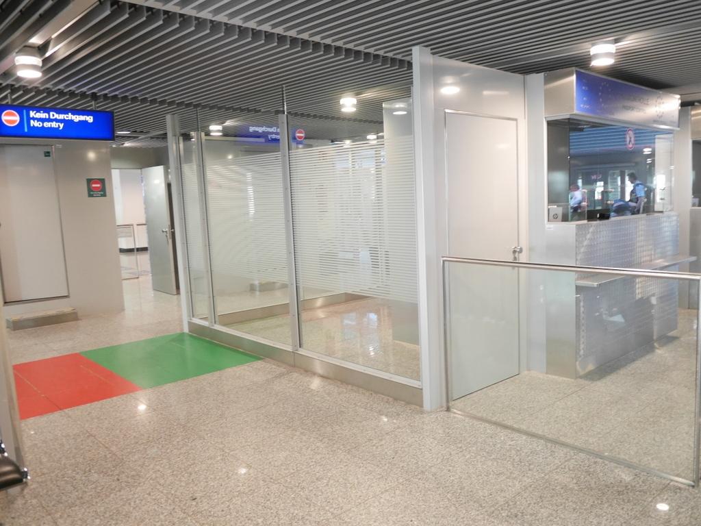 デュッセルドルフ 乗り継ぎとドイツの税関は怖くない 横を見ると税関出口が。入口に気がつかず通り過ぎてしまったらしい @Düsseldorf Airport