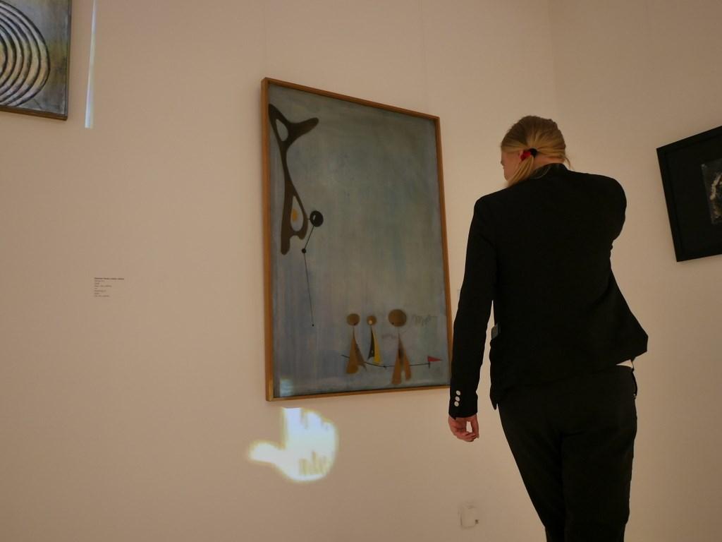 ヴロツワフ ブレスラウ  美術館 シロンスクの芸術都市 現代美術館 この手のアイコンを絵に合わせると照明が点灯するのよ、とスタッフさん @Pawilon Czterech Kopu