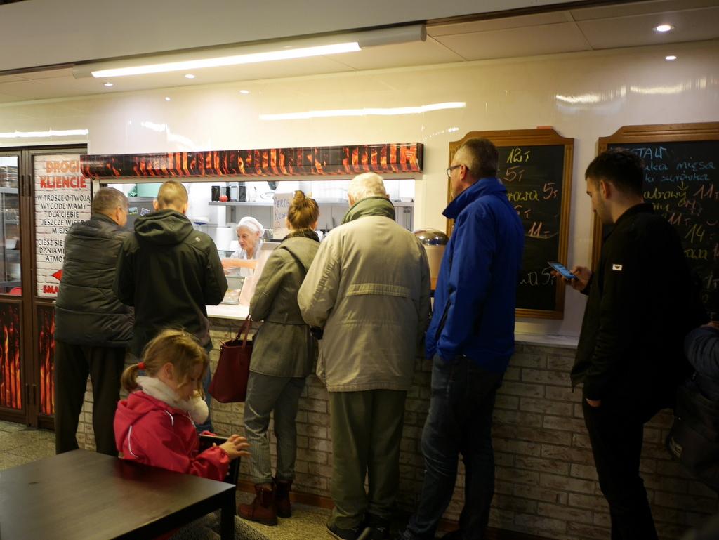シロンスク シレジア 地方 ヴロツワフ ブロツワフ ブロツラフ ブレスラウ ヴロツワフ屋内市場   食堂に並ぶ列 @Hala Targowa Wrocław