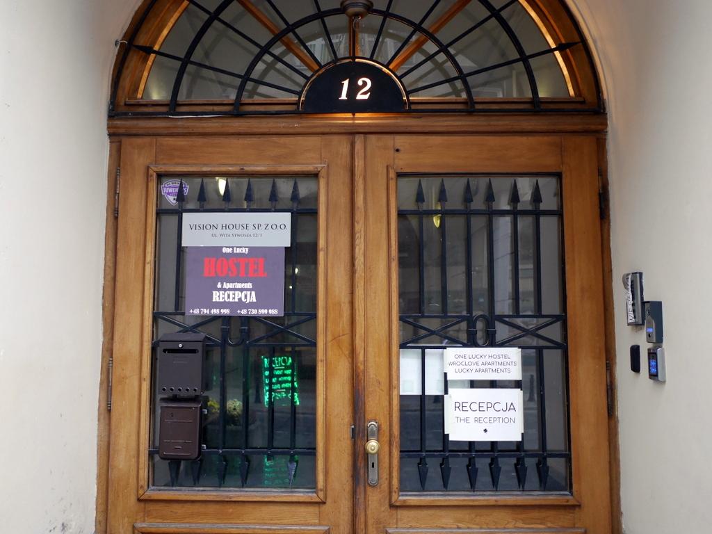 シロンスク シレジア 地方 ヴロツワフ ブロツワフ ブロツラフ ブレスラウ アパート  Lucky Apartments - Old Townのフロントがあるホステル入口 @Wroclaw