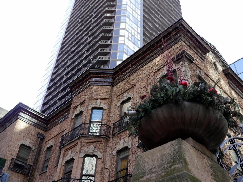 ダウントン アビー DowntonAbbey 衣装展 ファッション シカゴ ドライハウス ミュージアム DRESSING DOWNTON 時代考証  高層ビルの谷間にある大邸宅 @Driehaus Museum