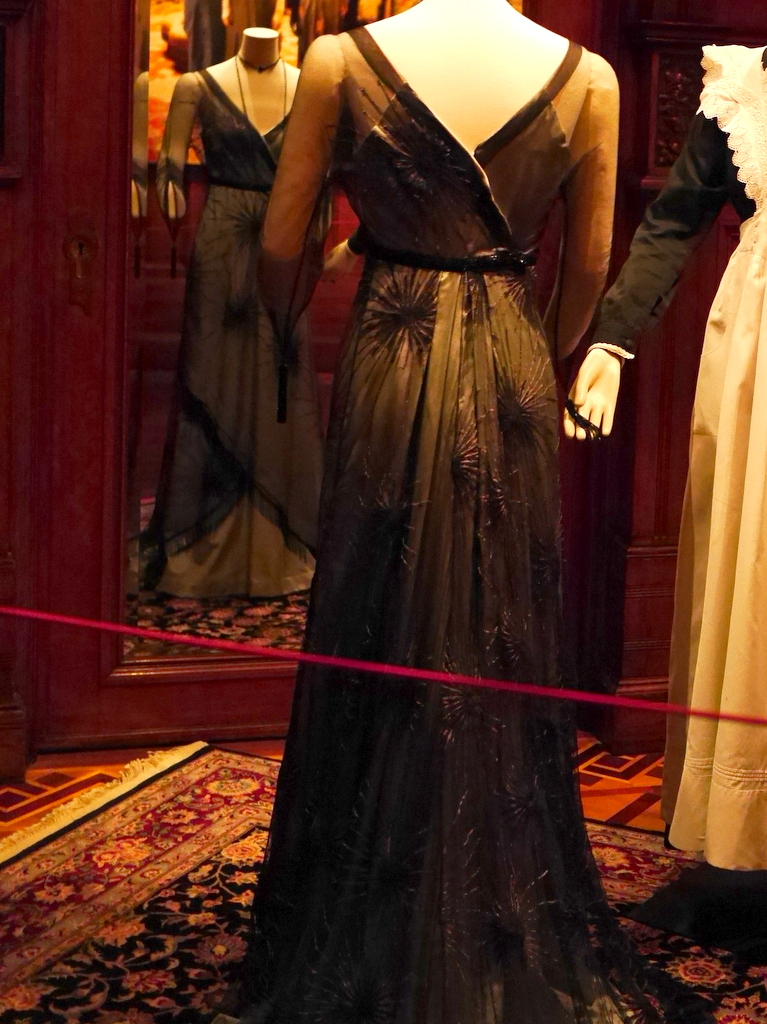 ダウントン アビー DowntonAbbey 衣装展 ファッション シカゴ ドライハウス ミュージアム DRESSING DOWNTON 時代考証   メアリー・クローリーのイブニングドレス(シーズン1、1913年)