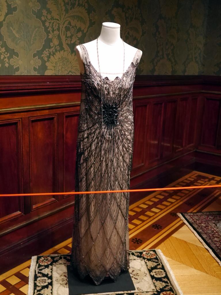 ダウントン アビー DowntonAbbey 衣装展 ファッション シカゴ ドライハウス ミュージアム DRESSING DOWNTON 時代考証   メアリー・クローリー シルクのイブニングドレス(シーズン2、1917-1920年)
