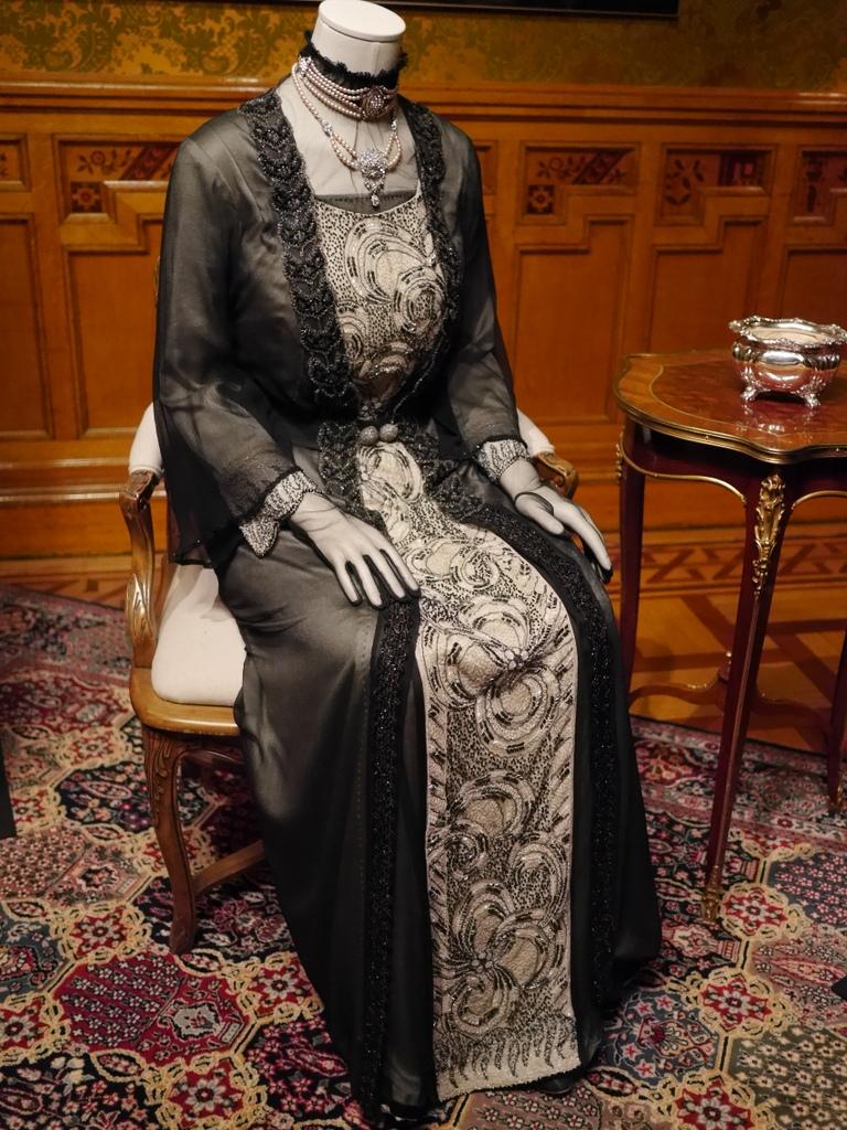 ダウントン アビー DowntonAbbey 衣装展 ファッション シカゴ ドライハウス ミュージアム DRESSING DOWNTON 時代考証   バイオレット・クローリーのイブニングドレス (シーズン3、1920年)