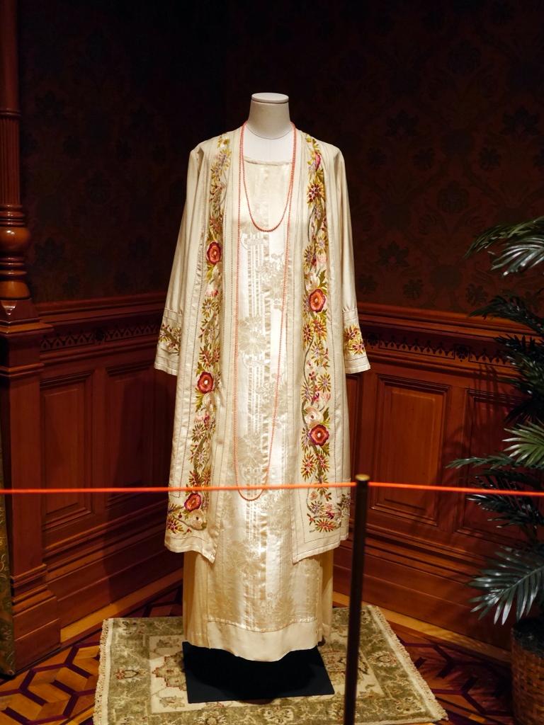 ダウントン アビー DowntonAbbey 衣装展 ファッション シカゴ ドライハウス ミュージアム DRESSING DOWNTON 時代考証   コーラ・クローリーのフローラル刺繍ボーダー付きのコートとフローラルセルフパターンのドレス(シーズン3、1920年)