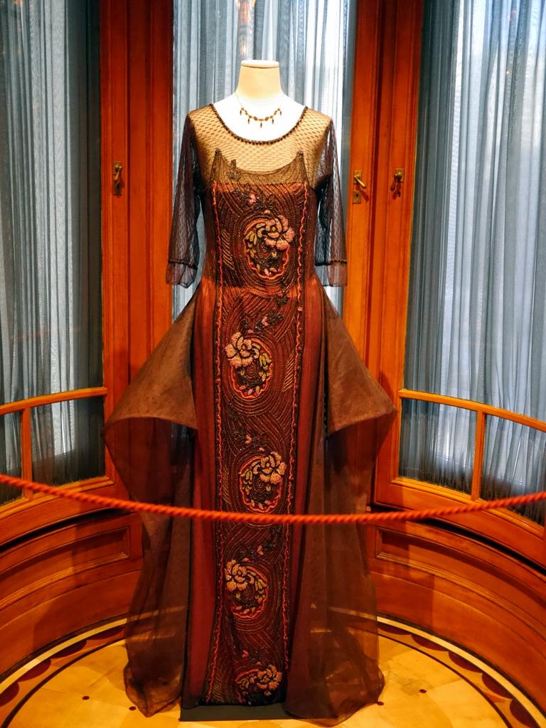 ダウントン アビー DowntonAbbey 衣装展 ファッション シカゴ ドライハウス ミュージアム DRESSING DOWNTON 時代考証   コーラ・クローリー、シルクのイブニングドレス(シーズン3、1920年)