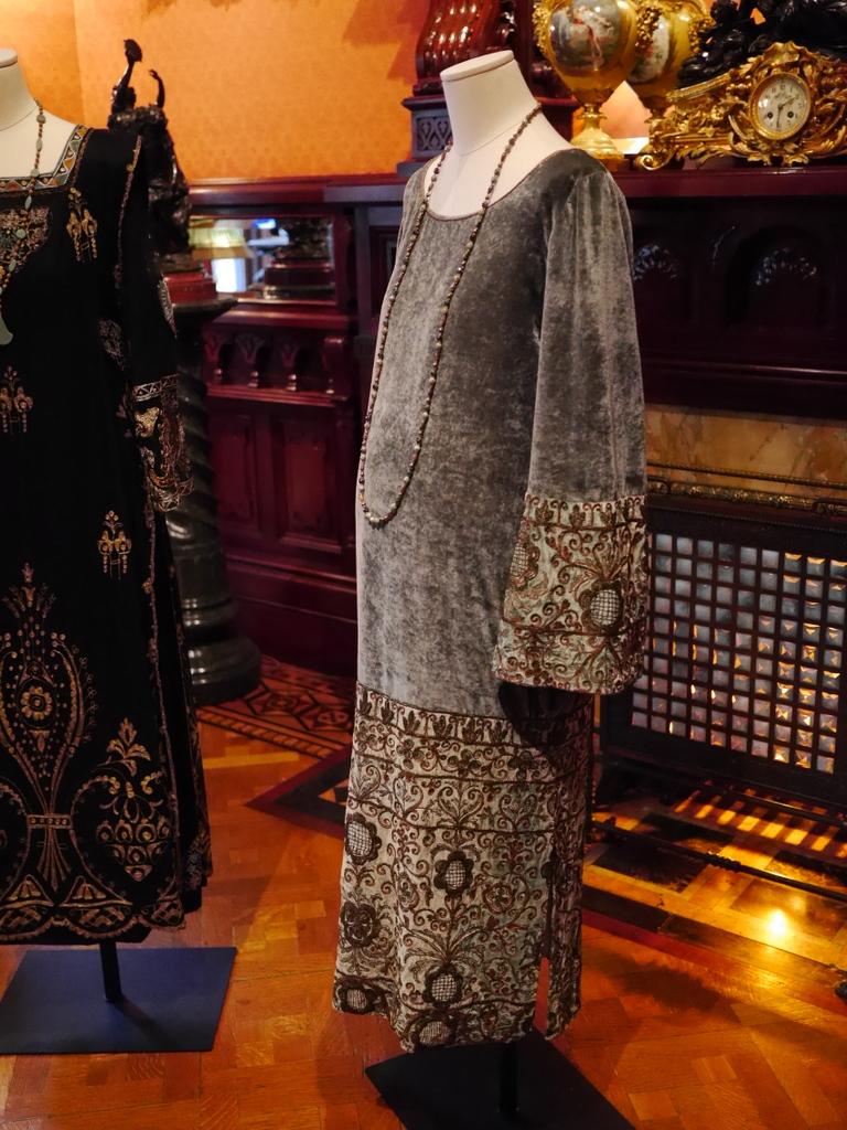 ダウントン アビー DowntonAbbey 衣装展 ファッション シカゴ ドライハウス ミュージアム DRESSING DOWNTON 時代考証   シビル・クローリーのベルベットのマタニティドレス(シーズン3、1920年)