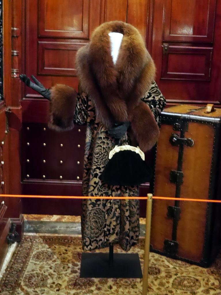 ダウントン アビー DowntonAbbey 衣装展 ファッション シカゴ ドライハウス ミュージアム DRESSING DOWNTON 時代考証   マーサ・レビンソンのシルクを織り込んだコート(シーズン3、1920年)