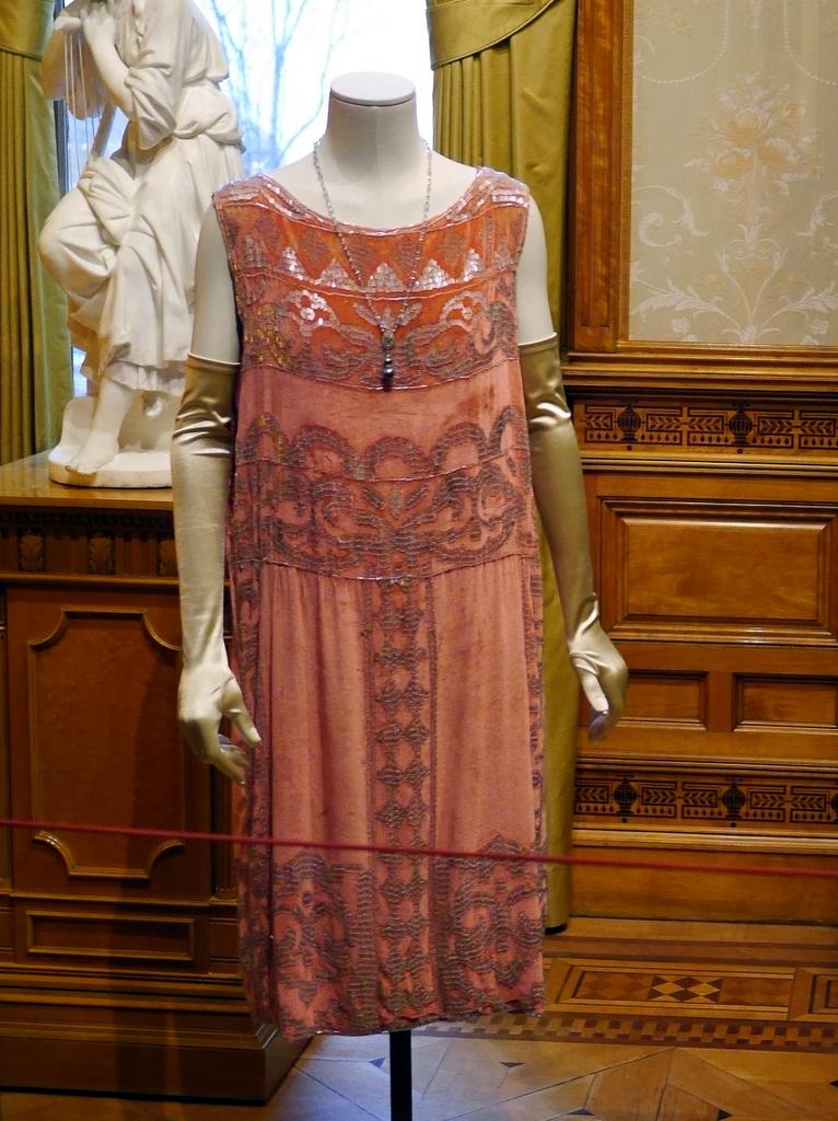 ダウントン アビー DowntonAbbey 衣装展 ファッション シカゴ ドライハウス ミュージアム DRESSING DOWNTON 時代考証   ローズ・マクレアのシルクのイブニングドレス(シーズン4、1922-1923年)