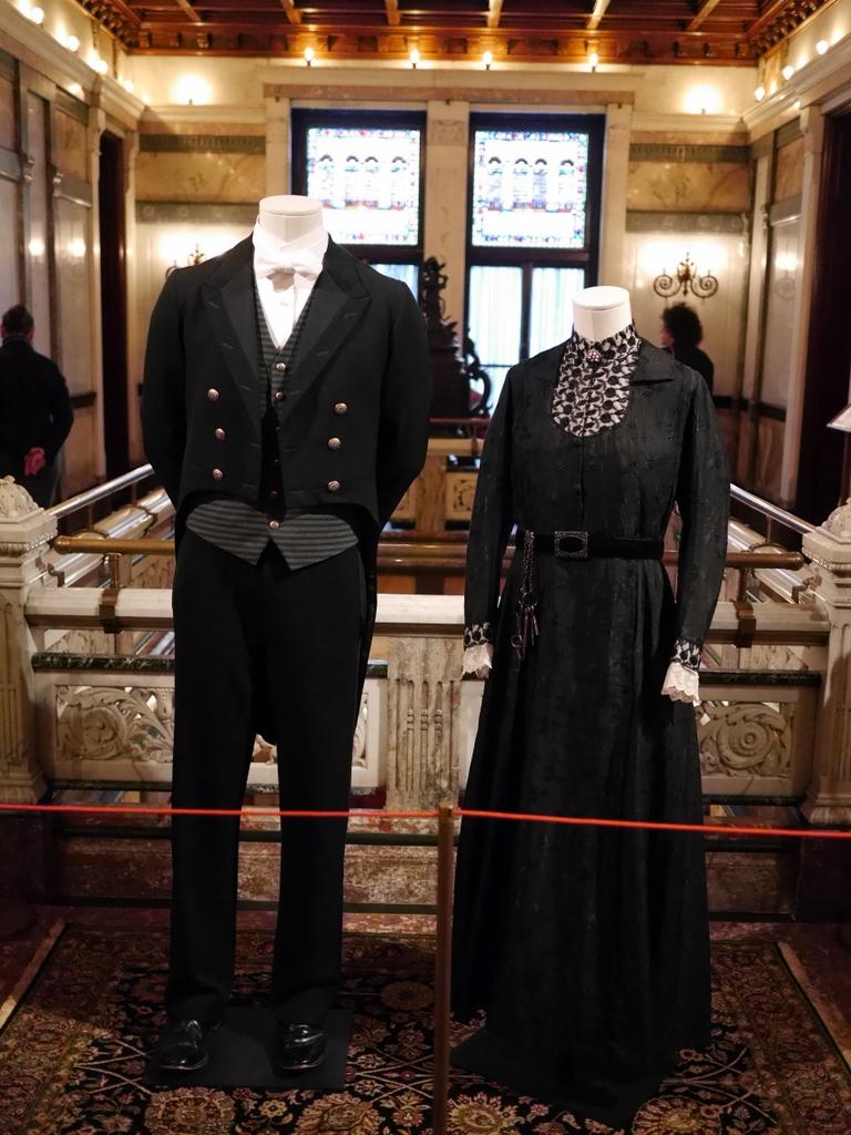 ダウントン アビー DowntonAbbey 衣装展 ファッション シカゴ ドライハウス ミュージアム DRESSING DOWNTON 時代考証   左:トーマス・バローらの下僕の制服(シーズン1〜4、1912-1923年)   右:エルシー・ヒューズ-家政婦長-の黒いシルクとウールの仕事着(シーズン1、1912-1914)