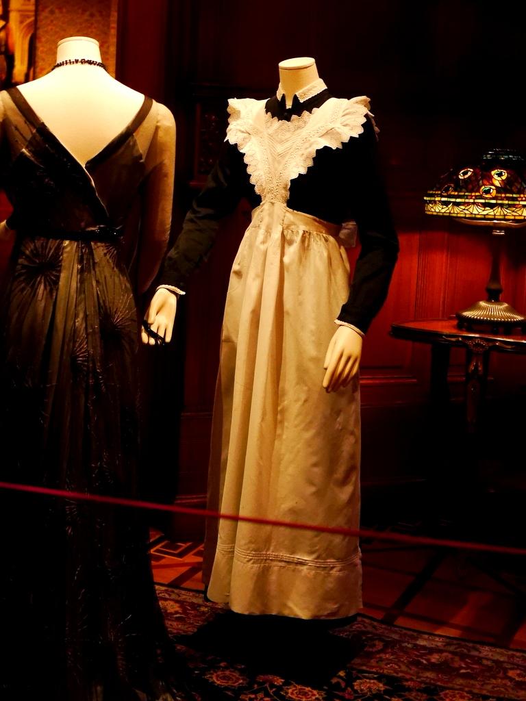 ダウントン アビー DowntonAbbey 衣装展 ファッション シカゴ ドライハウス ミュージアム DRESSING DOWNTON 時代考証   アンナ・スミス、エセル、グウェンなどのメイドユニフォーム(シーズンズ1-2、1912-1919年)