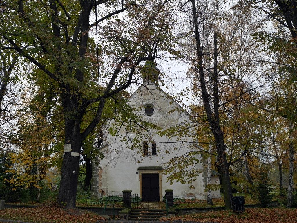 プラハ近郊 チェコ ネラホゼヴェス ドヴォルザーク 生家 ボヘミア貴族 ロプコヴィッツ  ドヴォルザークの生家向かいの教会、この裏手に鉄道がある @ Nelahozeves