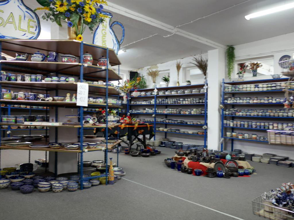 下シレジア地方 ポーランド  ボレスワヴィエツ ボレスワビエツ  ポーランド食器 店内の様子 @Pottery Store Cer-Far