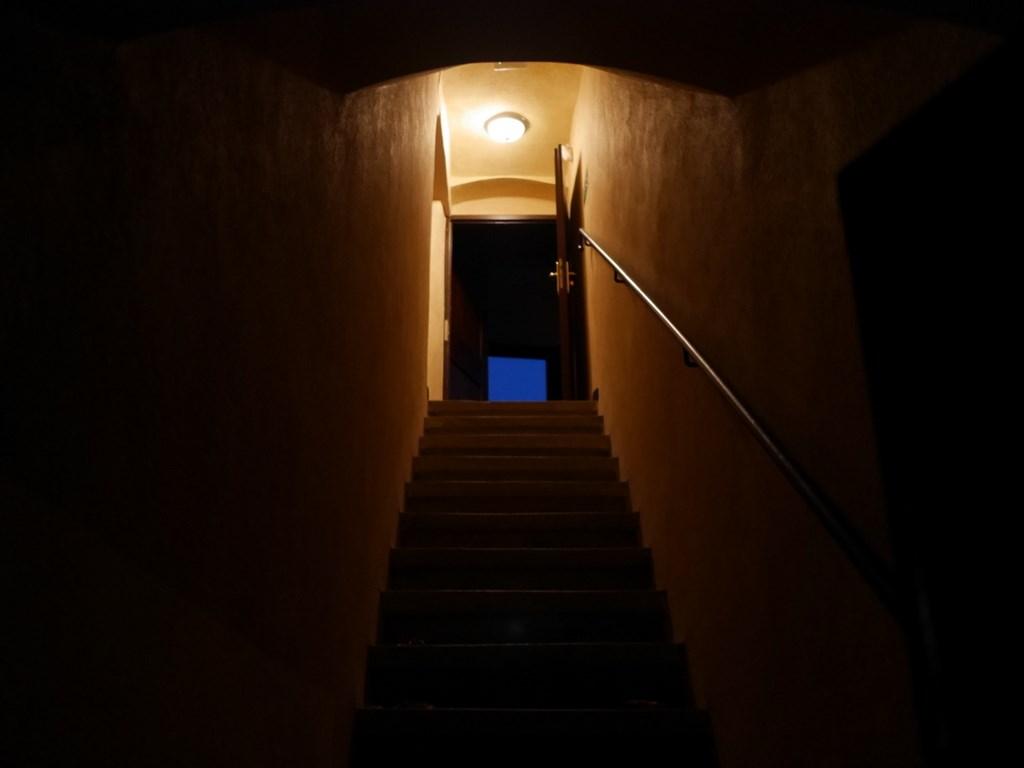 下シレジア地方 ポーランド   クリチュクフ城 夜の中庭に抜ける階段 @Zamek Kliczków