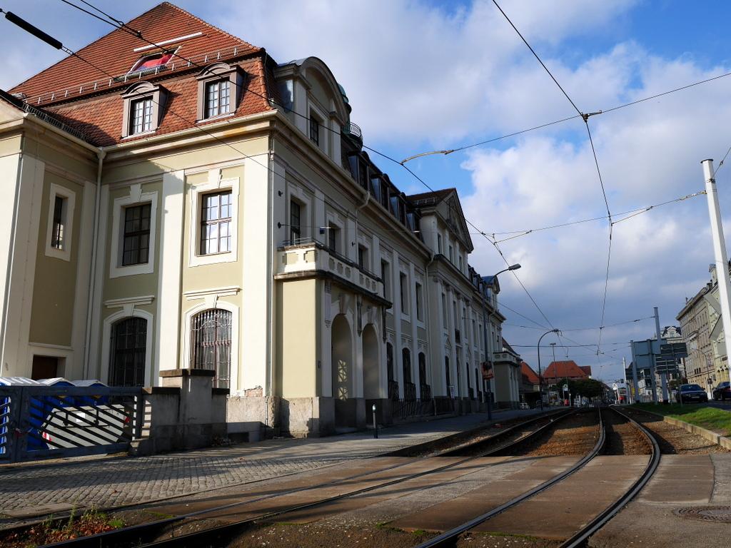 ゲルリッツ ドイツ ゲルリッツ駅 ザンクト ペテルス教会  ゲルリッツ駅外観、駅前にも路面電車が走る @Bahnhof Görlitz