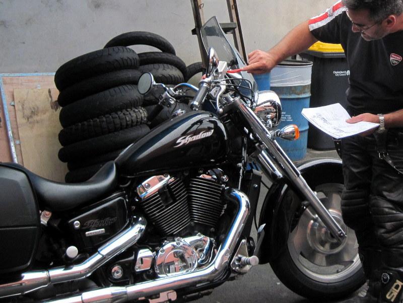 海外ツーリング ニュージーランド ロード オブ ザ リング オートバイレンタル クライストチャーチ 空港 オーナーのマットさんとレンタル前の車両チェック @ Te Waipounamu Motorcycle Tours