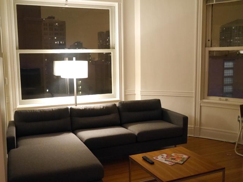 海外アパートメント泊  海外でアパートを借りる方法 高層アパートのリビング @Chicago