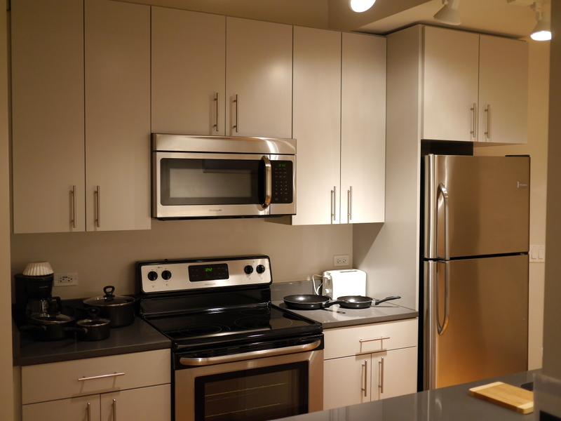 海外アパートメント泊  海外でアパートを借りる方法 冷蔵庫に加えてオーブンやレンジ完備のところも多い @Chicago