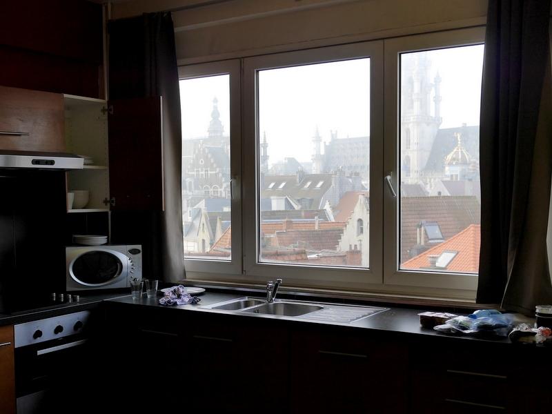 海外アパートメント泊  海外でアパートを借りる方法 グラン・プラスの広場が望めるキッチン @Brussels