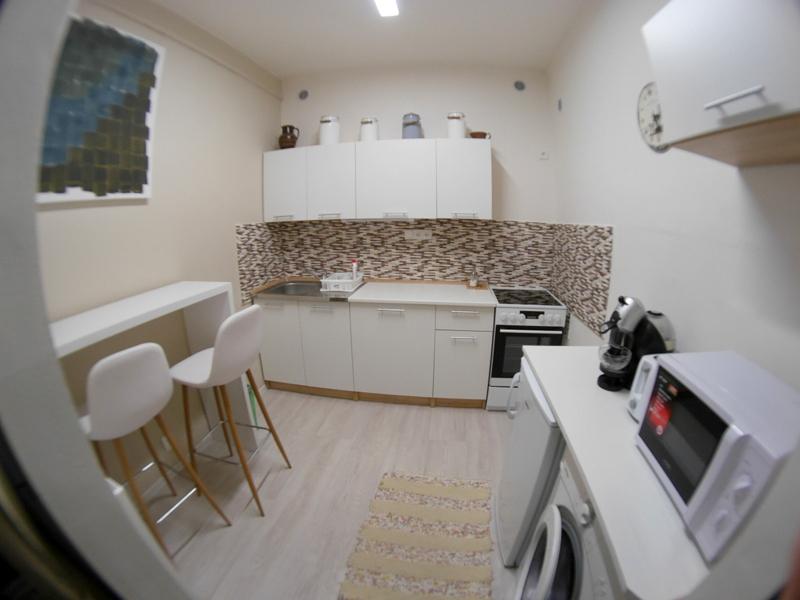 海外アパートメント泊  海外でアパートを借りる方法 広めのキッチンに手前下には洗濯機 @ Litoměřice, Czech