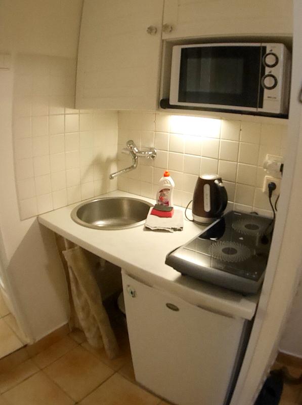 海外アパートメント泊  海外でアパートを借りる方法 狭いキッチン、ブレーカーもよく落ちた @Prague