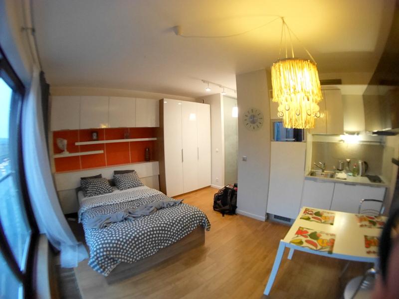 海外アパートメント泊  海外でアパートを借りる方法  ワンルームながら大きめの冷蔵庫と使いやすいキッチン @Wrocław
