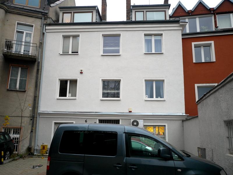 海外アパートメント泊  海外でアパートを借りる方法 アパート前の専用駐車場 @Gdańsk