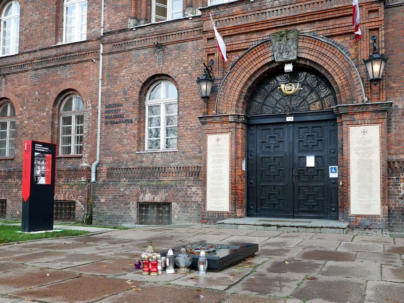 グダニスク グダンスク ダンツィヒ 博物館 戦争 ポーランド ポーランド郵便局 現在でも献花のある郵便局入口 @Poczta Polska