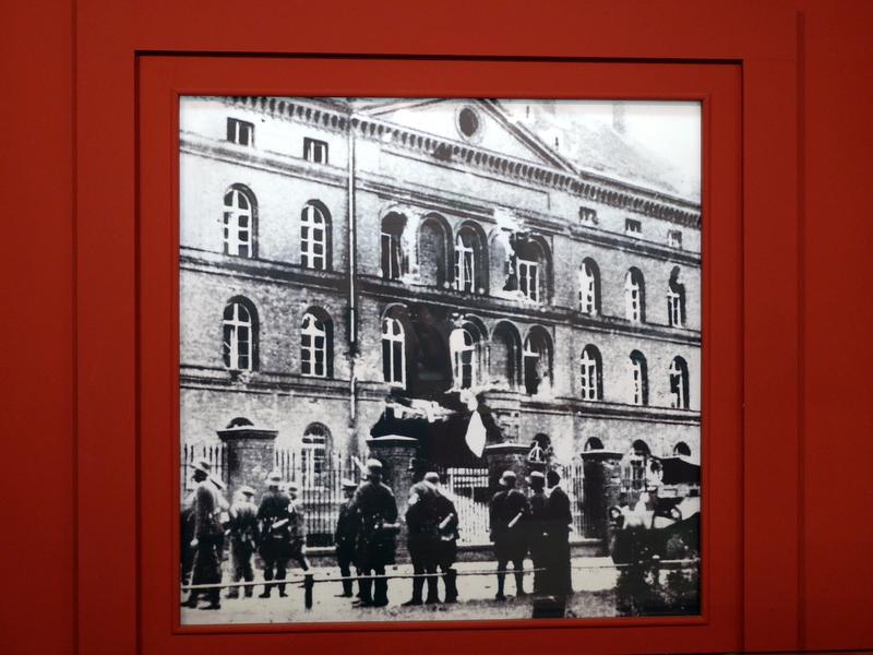 グダニスク グダンスク ダンツィヒ 博物館 戦争 ポーランド ポーランド郵便局 ドイツ軍の攻撃で破壊された郵便局入口 @Poczta Polska