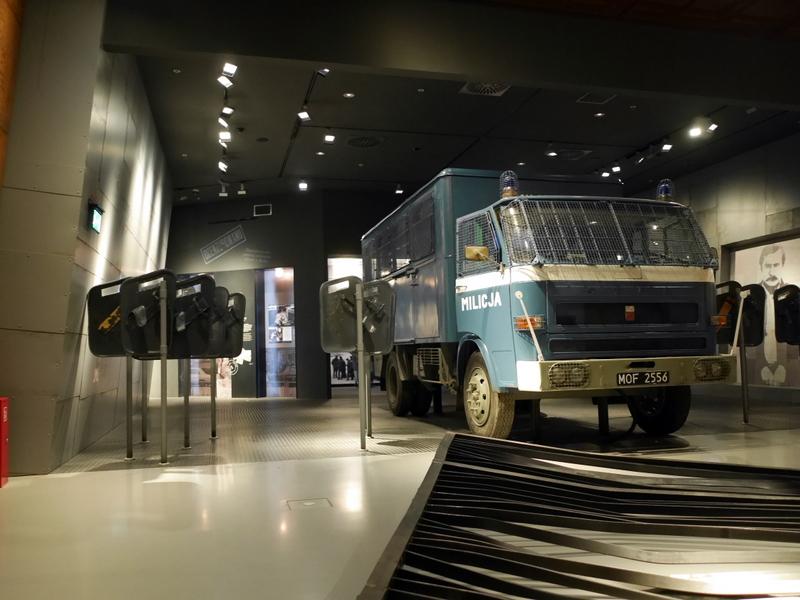 グダニスク グダンスク ダンツィヒ 博物館 戦争 ポーランド ヨーロッパ連帯センター 警察の防護盾や警察車両 @Europejskie Centrum Solidarnośc