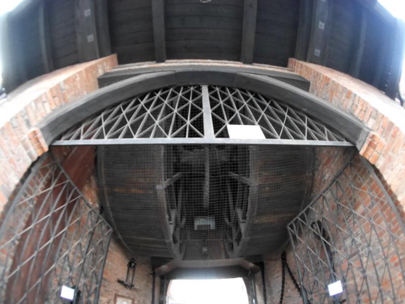 グダニスク グダンスク ダンツィヒ 博物館 港町 ポーランド 海事博物館 海洋博物館  クレーン博物館 クレーンの車輪を下から @Żuraw